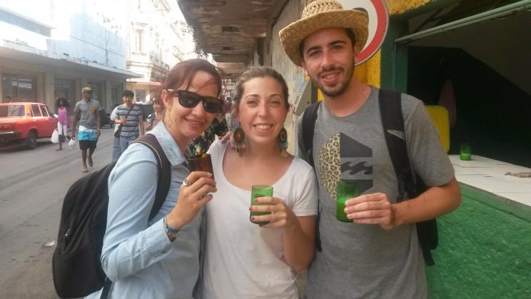 Geikis y amigos de nosotroscubaneamos tomando guarapo